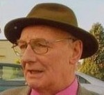 Editor who made headlines for refusing to remove trademark trilby dies aged 77
