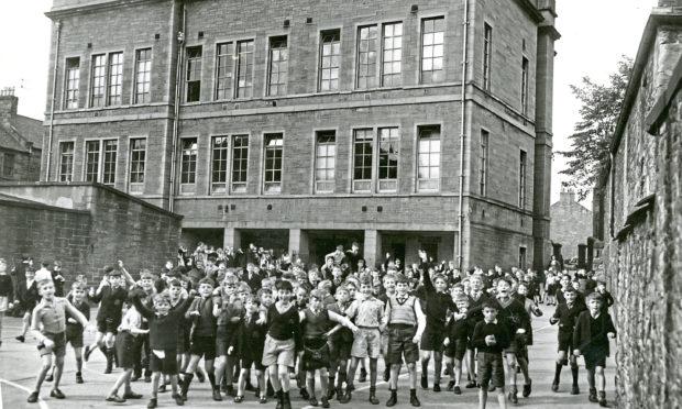 H254 1961-09-14 Hawkhill School Playground (C)DCT